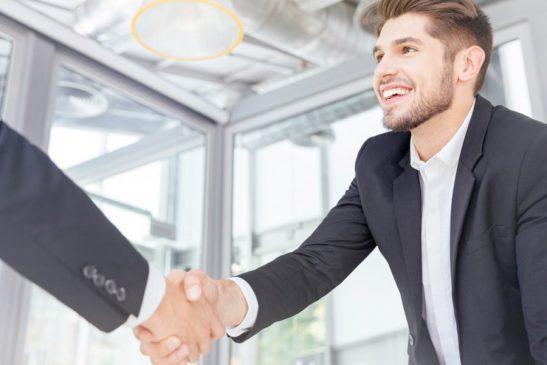 zwei Männer schütteln Hände nach erfolgreichem Bewerbungsgespräch